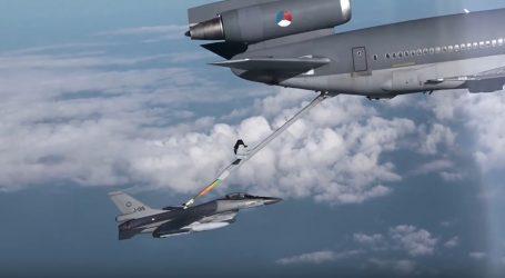 VIDEO: Takto prebieha tankovanie počas letu
