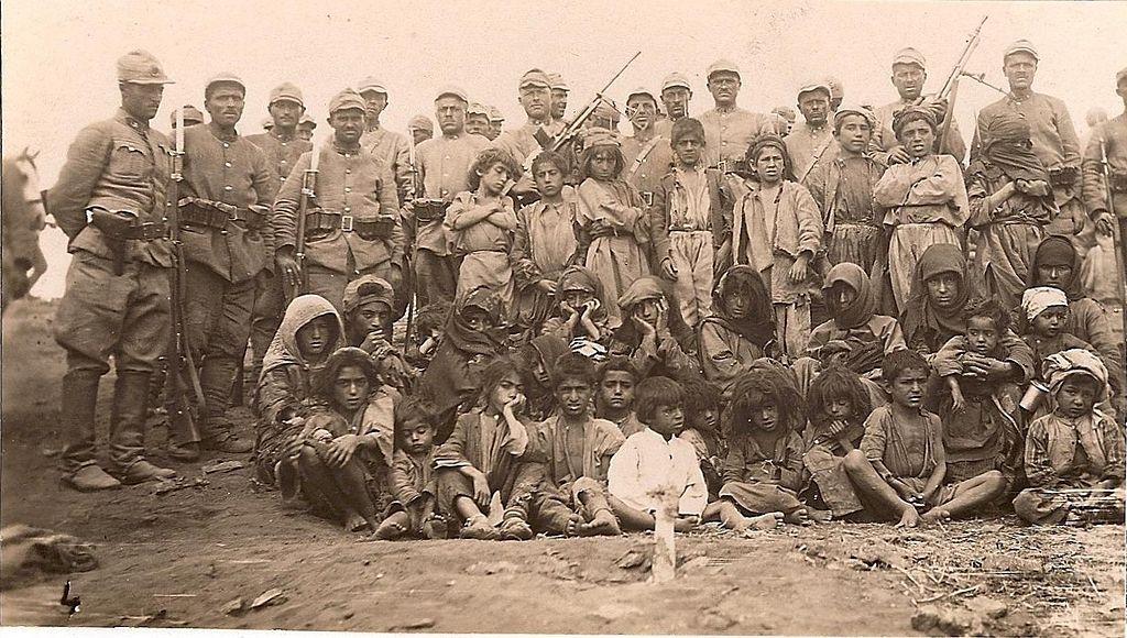 Fotka tureckých vojakov a miestnych obyvateľov Dersimu z roku 1937, ženy a deti na tejto fotke boli popravené krátko po zhotovení fotografie.