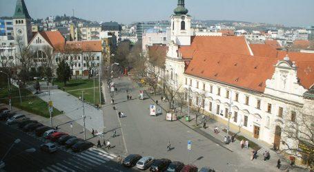 V centre Bratislavy pred hlavnou poštou dobili na smrť muža. Polícia hľadá svedkov