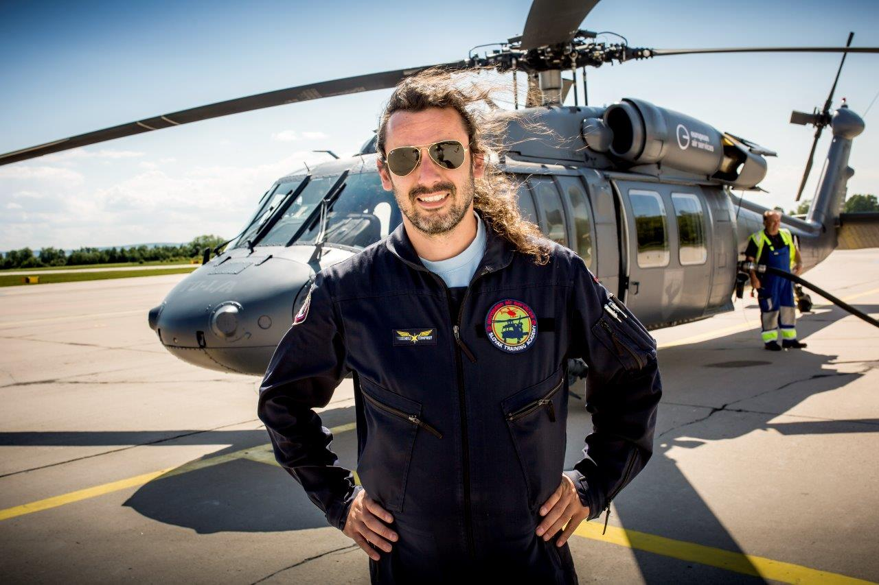 Slovak Training Academy je jediný civilný prevádzkovateľ vrtuľníkov Black Hawk v Európe. Na sníme inštruktor František Zsoldos.